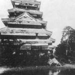 松本城を城が傾くほど城山の丘から睨み据えている義民塚
